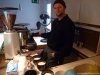 Romin macht Milchkaffee